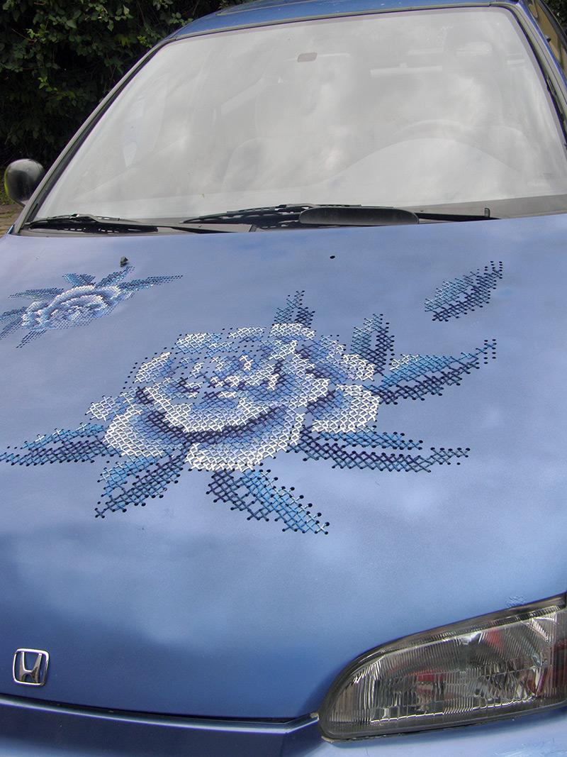L Art Du Point De Croix une voiture, des casques de soldat brodés au point de croix